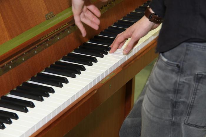 vielsam Chorleiter Robin Lindemann am Klavier